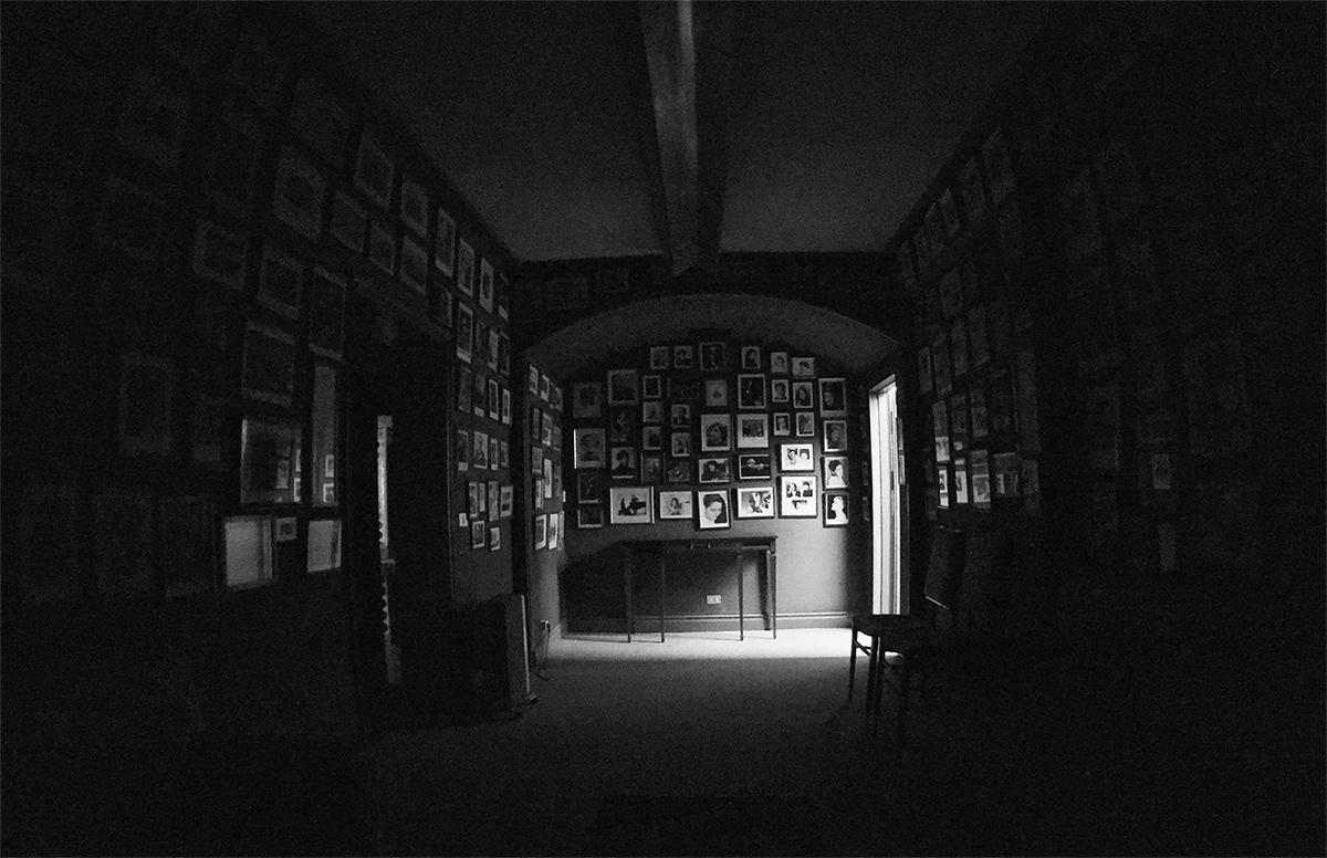 La habitación de la espera, estancia de la Sociedad Filarmónica de Bilbao donde los músicos pasan los últimos minutos antes de salir a escena