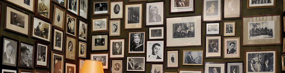 Las paredes de la habitación de la espera están forradas con fotografías de artistas que han pasado por la Filarmónica de Bilbao.